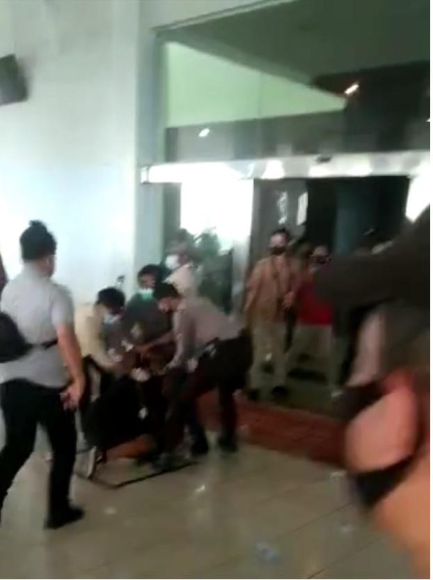 Demo di depan kantor DPRD KEPRI, Satu Mahasiswa Terluka
